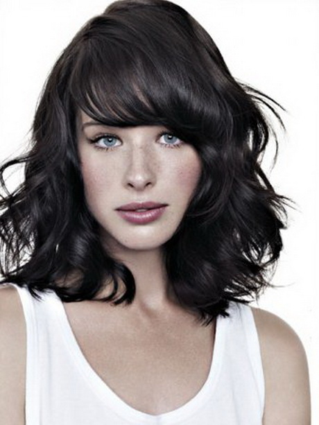 ... jeune femme a choisi une jolie coiffure. Ses cheveux mi-longs ont