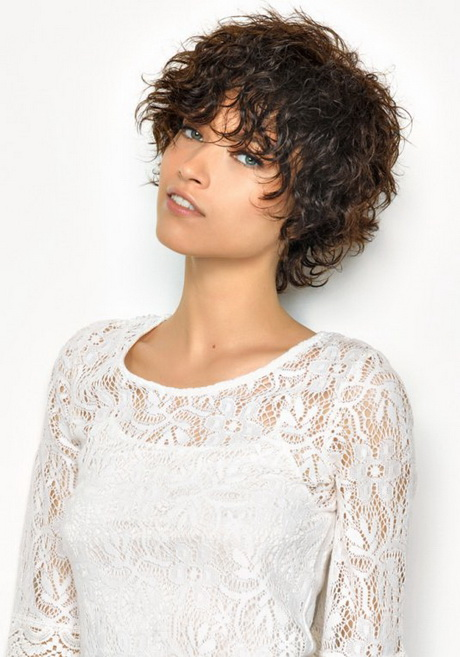 Coupe courte cheveux frisés