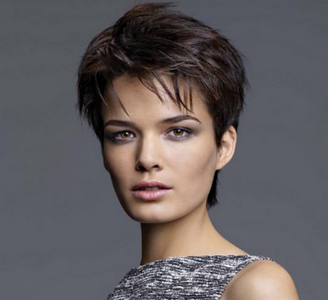 Coupe de cheveux courte effilée femme