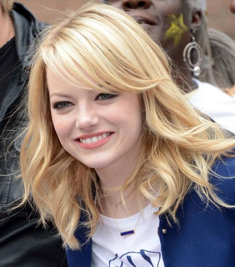 Jolie coiffure blonde pour femme avec visage rond