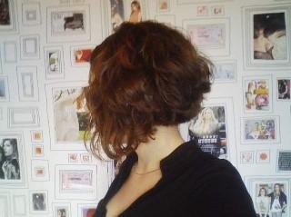 Cheveux frisés carré plongeant