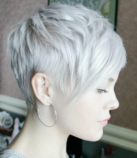 Cheveux blancs courts femme