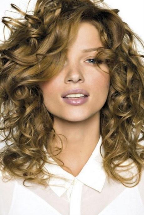 Coiffure femme cheveux long frisés