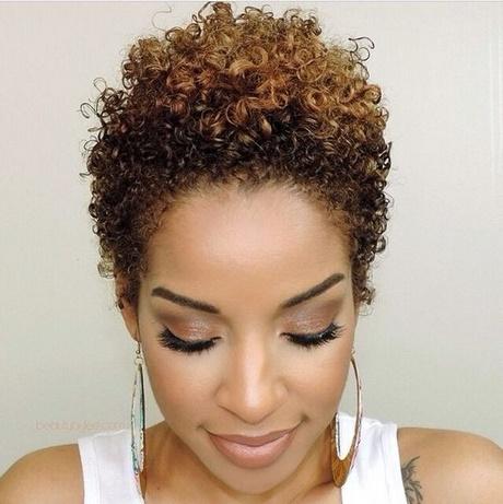 Coupe de cheveux frisés court femme