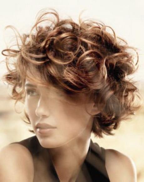 Cheveux boucles courts
