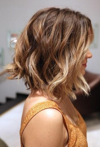 Carre plongeant long cheveux frises