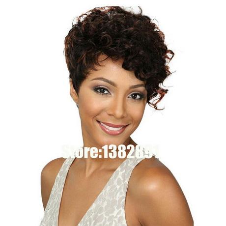 Coupe courte cheveux frisés femme