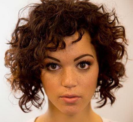 Coupe courte cheveux frisés naturellement